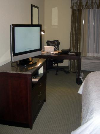 Hilton Garden Inn Phoenix North Happy Valley: Flat screen tv and spacious desk