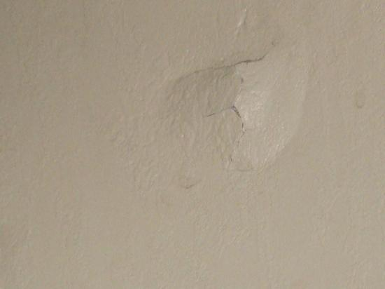 Comfort Inn Asheville Airport: Hole in wall
