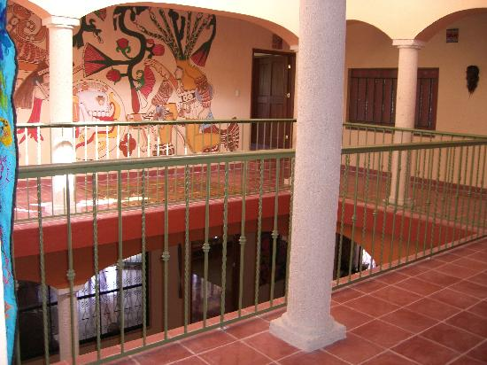 Casa Hamaca Guesthouse: Upstairs looking down to breakfast, common area