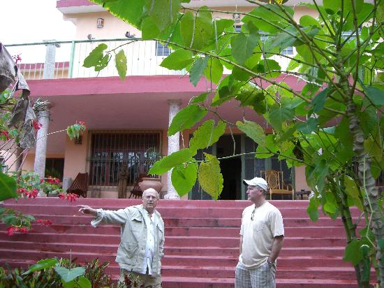 Casa Hamaca Guesthouse: That's Denis on the left, in front of the house.
