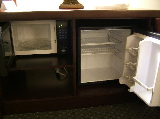 Drury Inn & Suites Houston West Energy Corridor: Microwave and small refrigerator