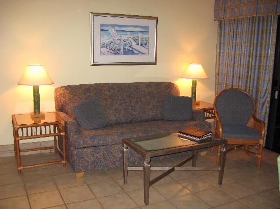 Surf Suites Motel : Living room with a sleeper sofa