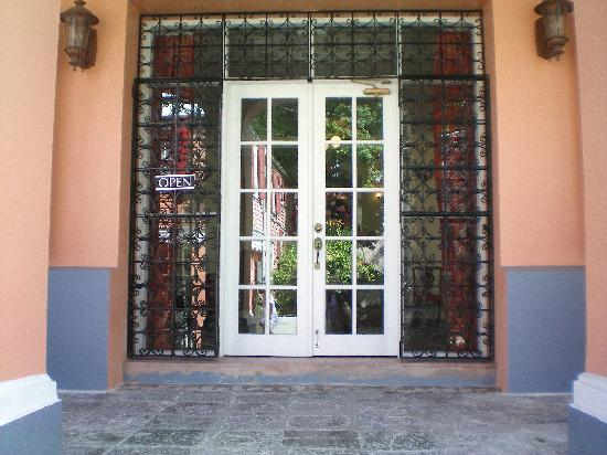 Company House Hotel: Front doors of the Company House