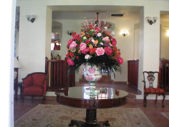 Company House Hotel: Flowers in front lobby
