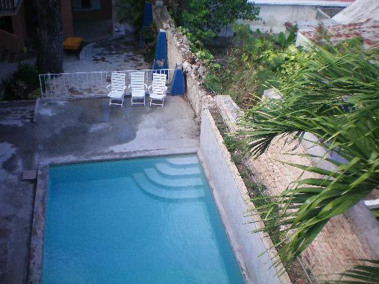 Company House Hotel: Swimming pool as seen from 3rd floor veranda