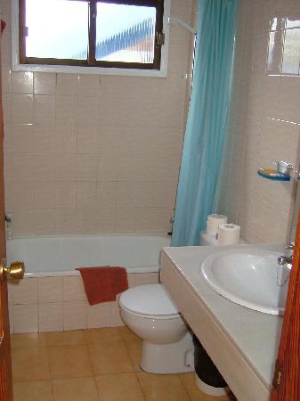 Carlota Apartments : Shower
