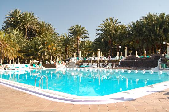 Hotel Riu Palace Oasis: View accross the hotel pool