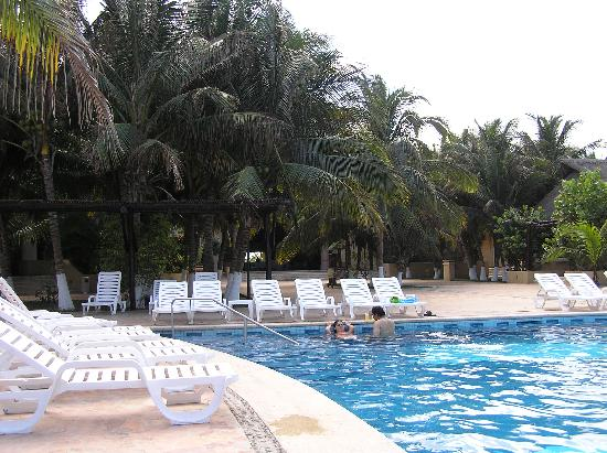 Hotel Reef Yucatan - All Inclusive & Convention Center : From the pool towards the Lobby