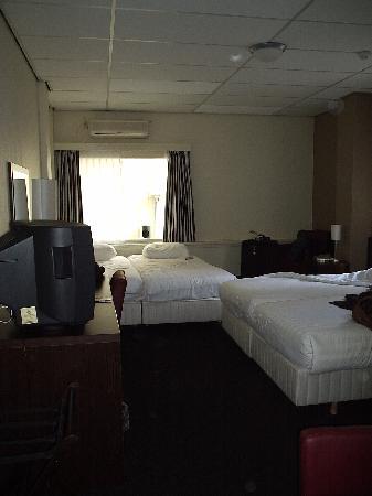 West Side Inn Hotel : Habitación 133, Camas y ventanal hacia el pasillo
