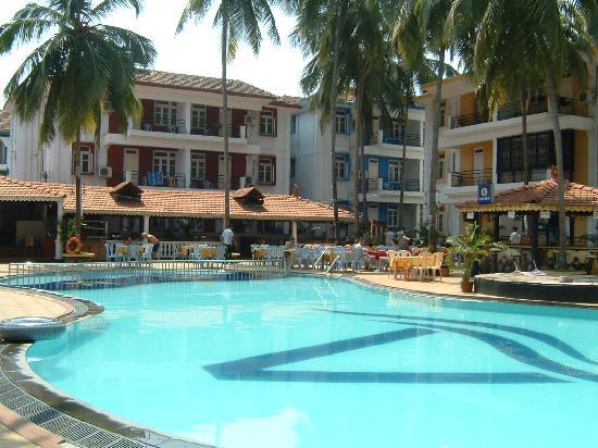 Alor Grande Holiday Resort: pool & bar area
