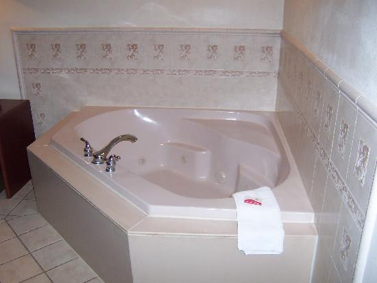 Red Roof Inn & Suites Savannah: Suite with tub....