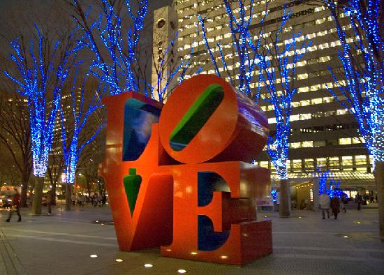 Hotel Sunroute Plaza Shinjuku: LOVE sculpture in office building courtyard
