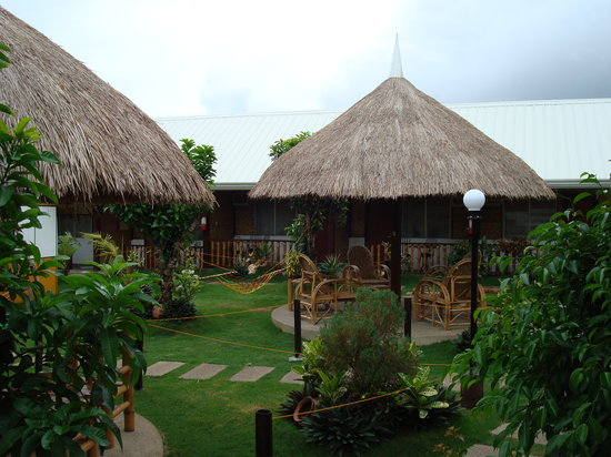 Paragayo Resort: outside looking at shelters, toward deluxe rooms