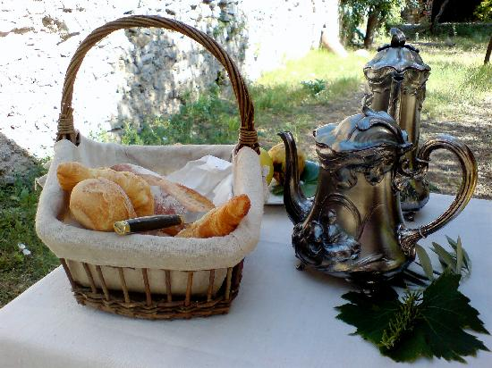 Villa de Lorgues : Breakfast under the olive trees