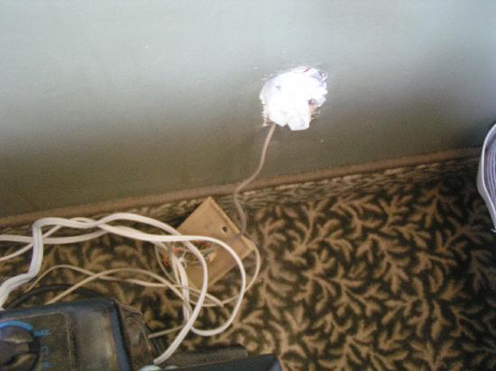 Hotel Le Saint Andre: prise électrique  avec fils sortis