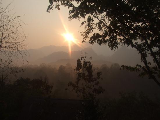Lao Spirit Resort: Sunrise through early morning mist