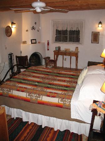 Casa Escondida Bed & Breakfast: Kiva Fireplace in Main Room of Casita