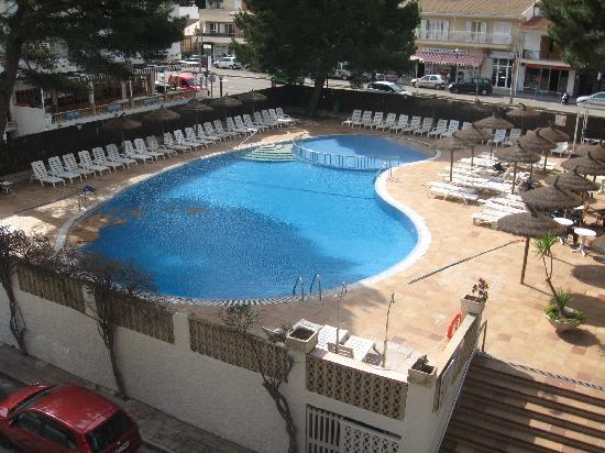 Grupotel Montecarlo: Obwohl es viel zu kalt war wurde der Pool jeden Tag gereinigt, sehr ansprechend.