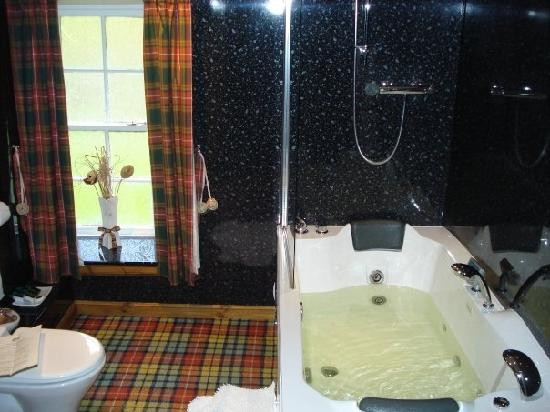 Glenmoriston Arms Hotel: Bathroom