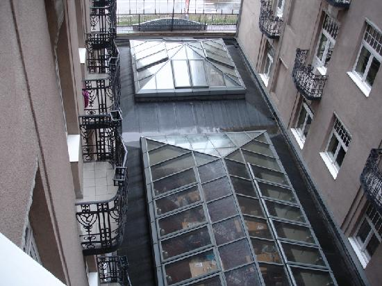 Golden Park Hotel: The breakfast patio has glass ceiling