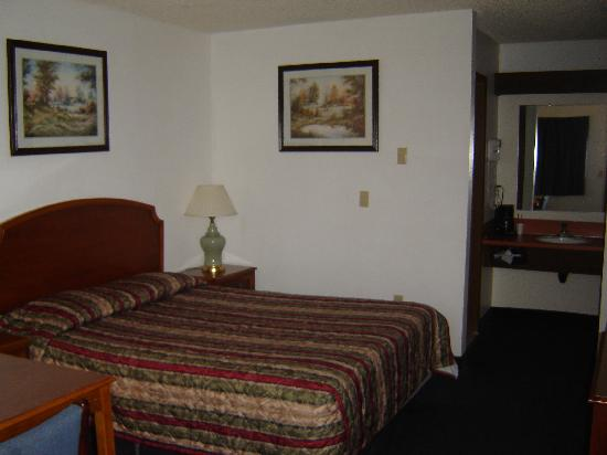 Econo Lodge: View of the room from the entrance