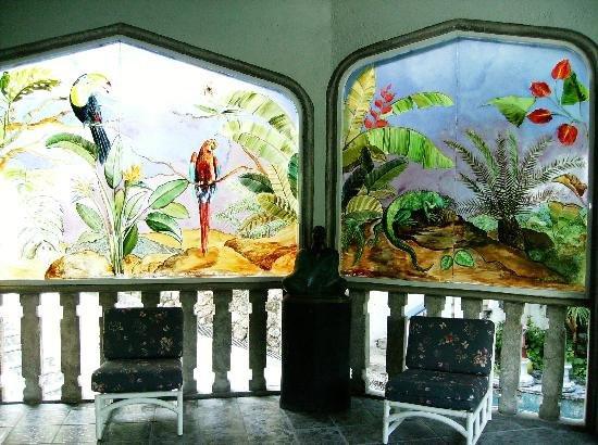 Tequesquitengo, México: Sitting and stained glass in the library/crafts room.