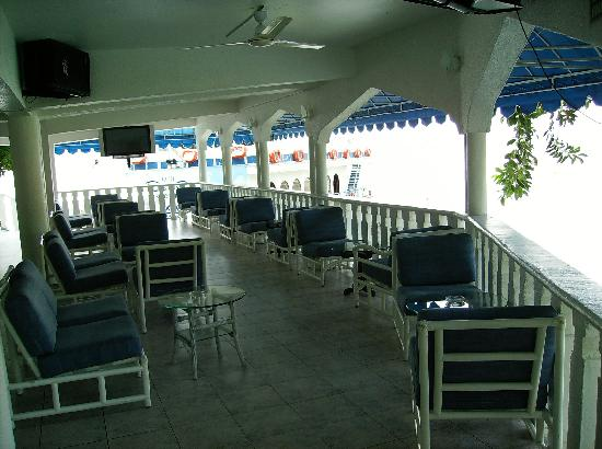 Tequesquitengo, México: Open air bar with live entertainment on the weekend.