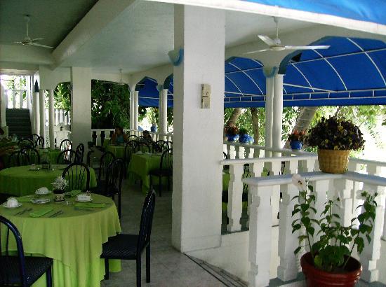 Tequesquitengo, México: Open air restaurant.