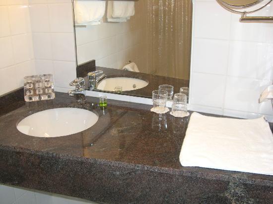 Radisson Blu Seaside Hotel, Helsinki: Superior busines room bathroom