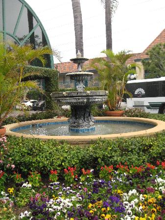 Candy Cane Inn: The Fountain Right outside the Lobby