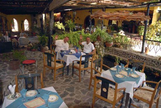 El Valle de Anton, Panamá: Mark and our Taxi Driver having dinner in Rincon Vallero