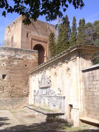 Granada, Spain: Pilar de CarlosV y puerta de la Justicia