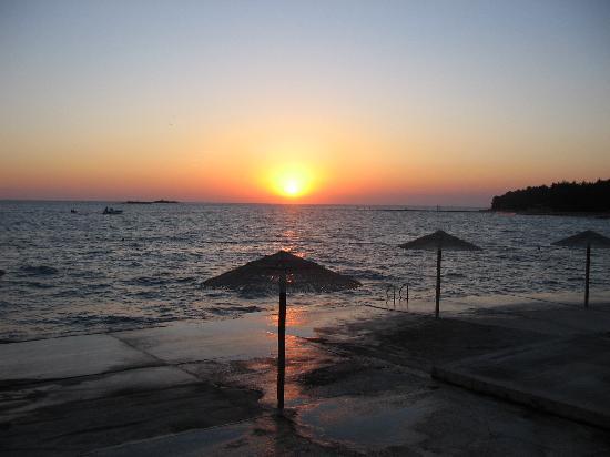 Hotel Delfin: tramonto in un bar in spiaggia vicino al hotel
