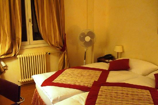 Hôtel de la Nouvelle Couronne : Room - Bed