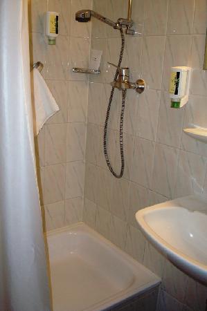 Hotel de la Nouvelle Couronne: Room - Shower