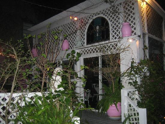 New Orleans Guest House: Gazebo for Breakfast in courtyard