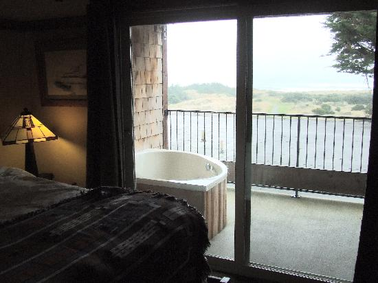 Gold Beach, OR: Jacuzzi tub on balcony with ocean view