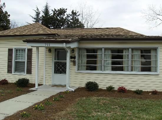 Wally's Service Station: Andy Griffith childhood home