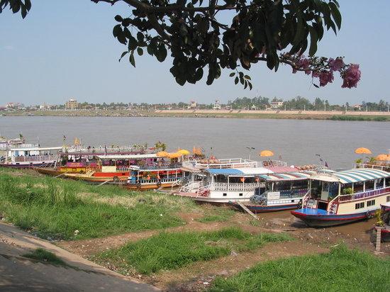 Kampong Chhnang, Cambodia: Phnom Penh - Tonle Sap River - Tourist Boat Dock