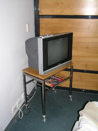 Mona Pavilions: TV stand in bedroom