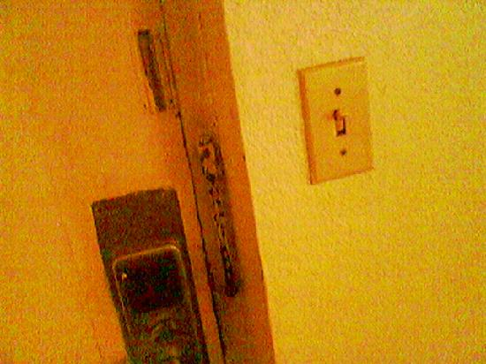 Days Inn South Fort Worth: badly deteriorating room door
