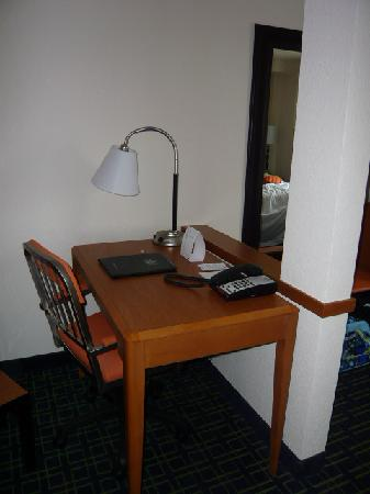Fairfield Inn & Suites Melbourne Palm Bay/Viera: Workspace area.  mall, but functional