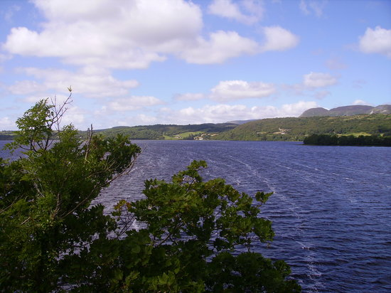 Sligo, İrlanda: The Road alongside Lough Gill on the road to Parkes Castle