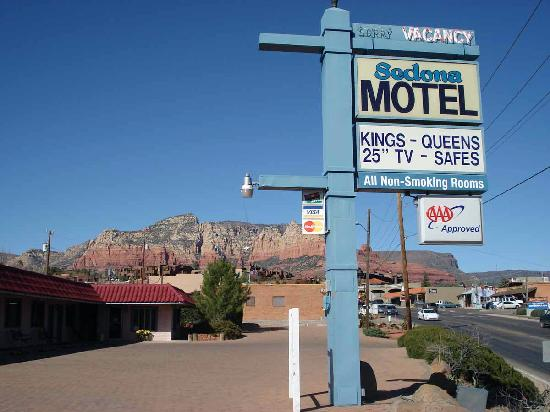 Sedona Motel: Outside the motel
