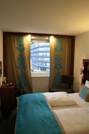 Motel One Stuttgart : Room & Bed