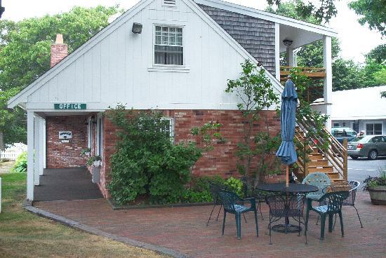 Skaket Beach Motel: Side view of office