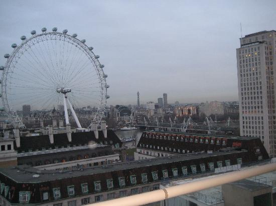 Park Plaza County Hall London: Evening View from Room Balcony: London Eye