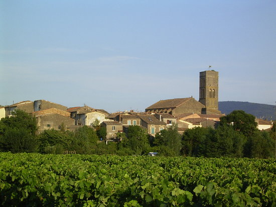 Languedoc-Roussillon, Fransa: Trebes - A village in the Minervois.