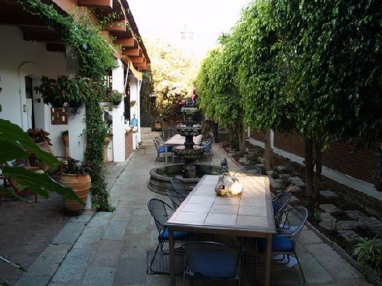 Hotel Las Mariposas: Front Courtyard looking from the Street