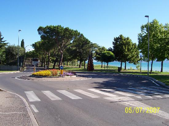 Hotel Mirabello: Road into Sirmione by Hotel